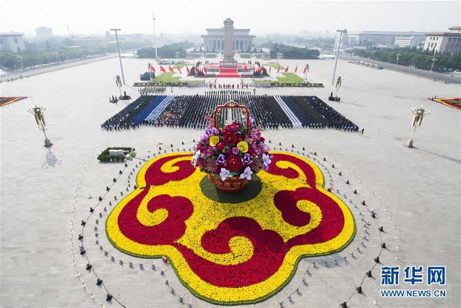 На площади Тяньаньмэнь прошла церемония возложения цветов к Памятнику павшим народным героям