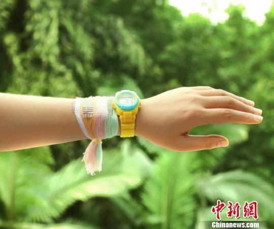 """أستاذ صيني يخترع """"قماشا مولدا للكهرباء"""""""