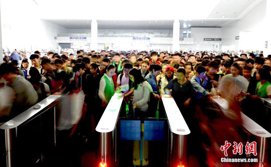 Many local train stations, including North China's Taiyuan, sees huge number of passengers on the first day of the seven-day National Day Holiday, with the total number of passenger flow reaching 110 million. [Photo/Chinanews.com]