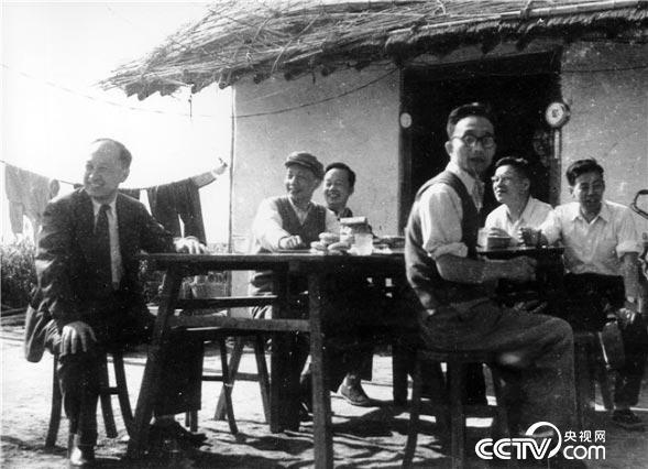"""(图:1960年4月 钱学森在上海老港探空火箭发射场) 自力更生 迈入火箭与导弹时代 随着第一个""""五年计划""""超额完成,中国初步建立起了自己的工业制造体系,第一辆汽车、 第一架飞机纷纷被制造出来,但要造一枚导弹却考验着一个国家尖端制造实力和现代科技水平,这是一场真正意义上的大会战。 在国防科委的动员下,全国直接、间接参加会战的单位,遍及30多个省市、 1400个单位,主要承制工厂60多家,涉及航空、电子、冶金、化工、材料和轻工等众多领域。正当59导弹仿制进度按照预期推进之时,一个意"""