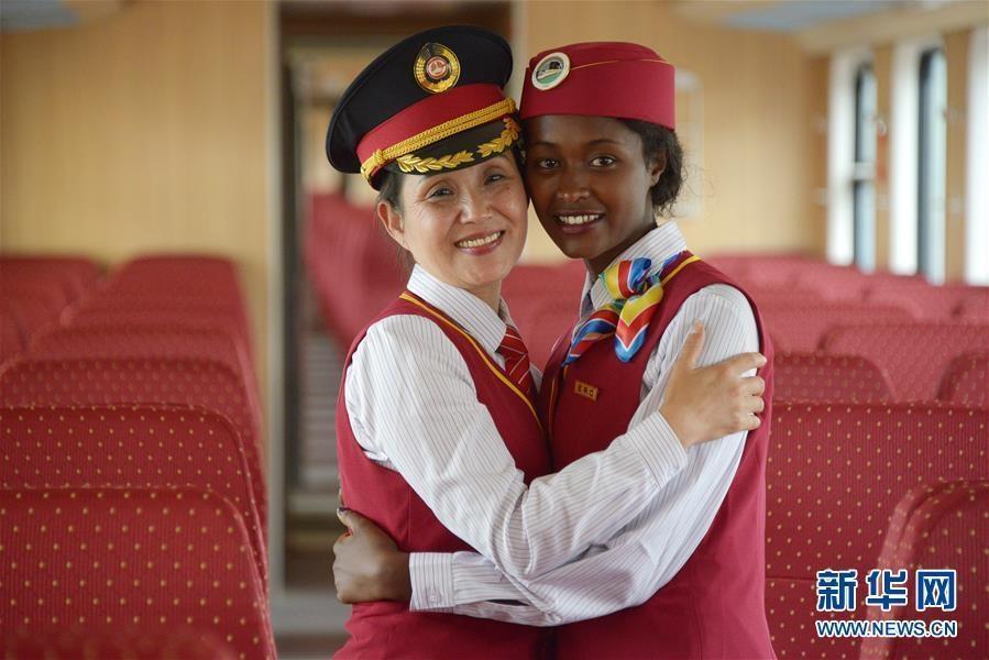 رئيسة طاقم القطار الصينية دينغ جي هوا(اليسار) تحضن مضيفة أثيوبية في محطة راب بأديس أبابا في أول أكتوبر