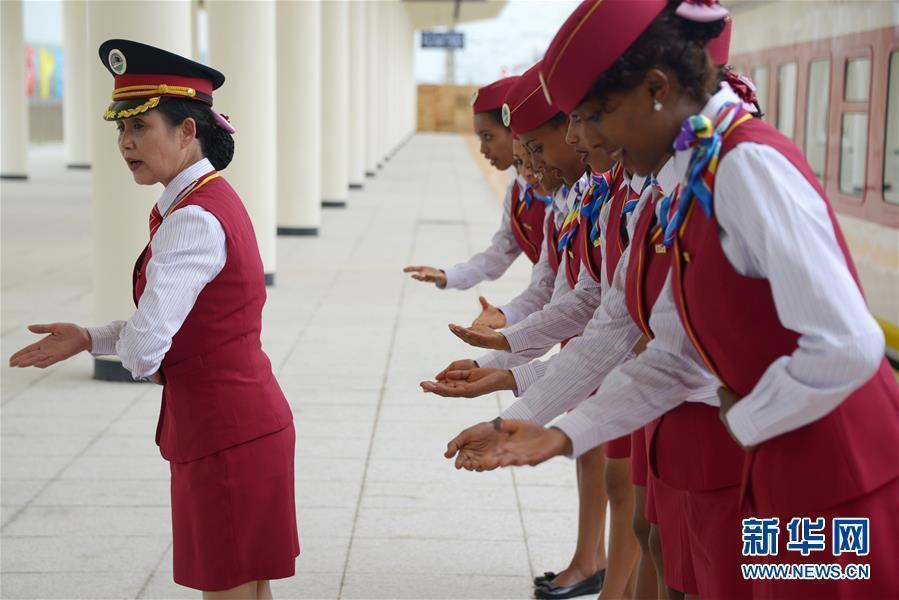 رئيسة طاقم القطار الصينية دينغ جي هوا تقوم بتعليم المضيفات الأثيوبيات إتيكيت الضيافة في محطة راب بأديس أباب في أول أكتوبر.
