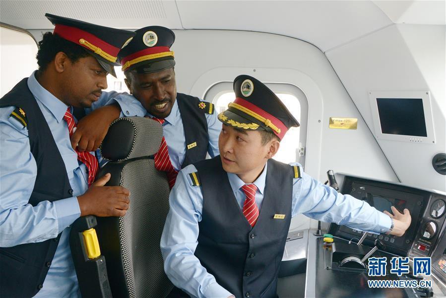 سائق القطار الصيني ليو جي يقوم بتدريب سائقين أثيوبيين