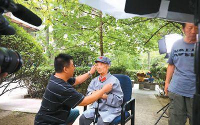 电视纪录片《长征》总编导、制片人闫东(左)带领工作人员采访92岁的老红军万曼琳