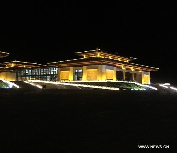 المنظر الليلي لمقر الإقامة للدورة الأولى لمعرض طريق الحرير الثقافي الدولي في مدينة دونهوانغ