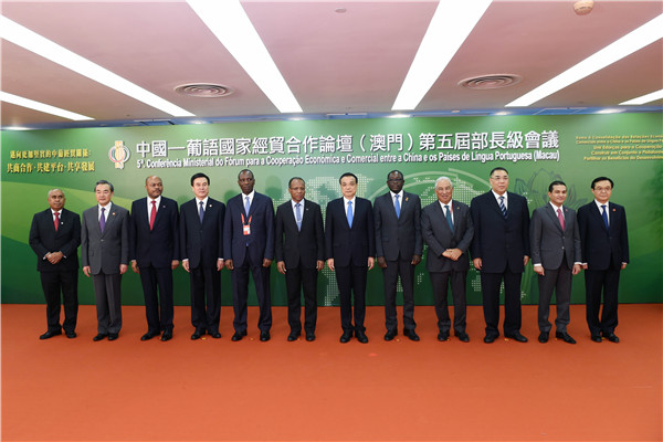 Premier Li posed for group photos with delegation heads before the opening ceremony.