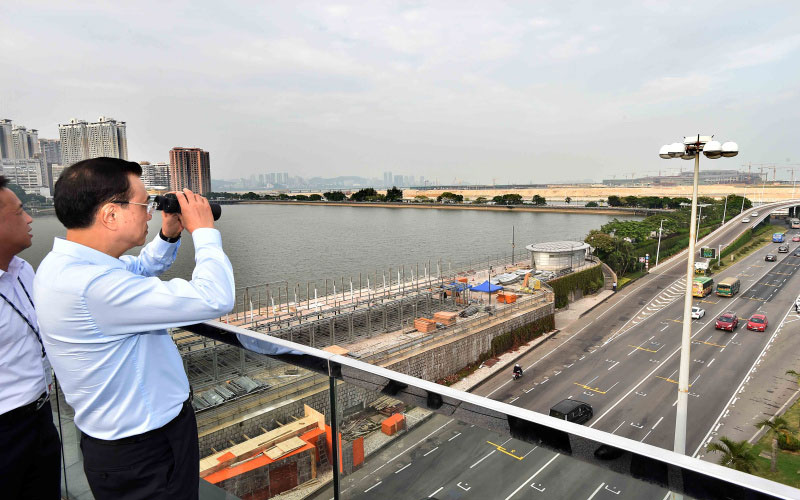 Li Keqiang inspects the construction site of HK-Zhuhai-Macao Bridge. With a total length of about 55 km, the Bridge is expected to be completed by the end of 2017. [Photo: gov.cn]