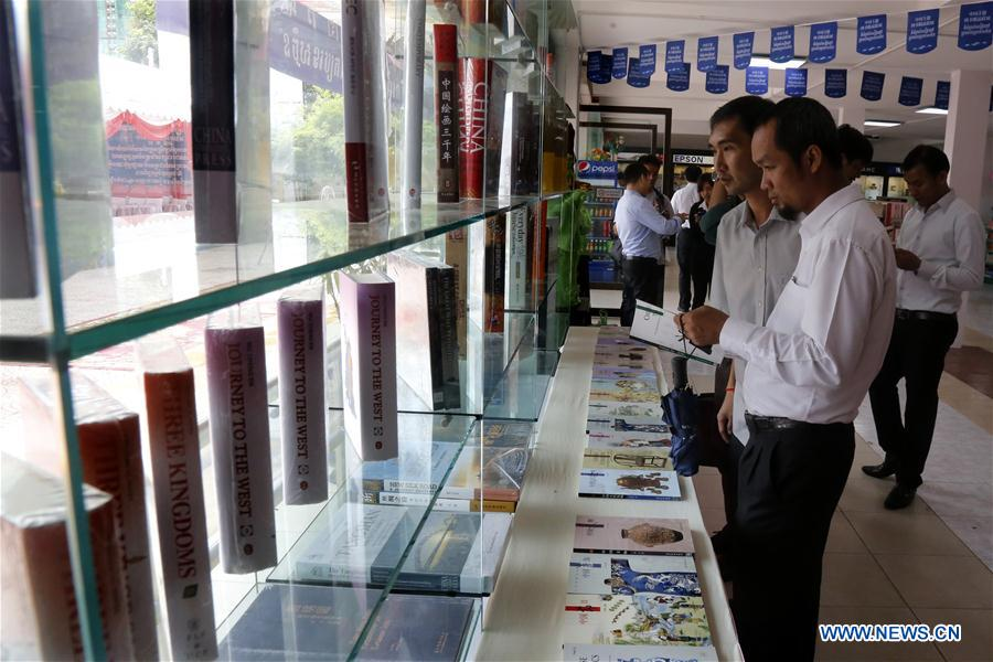 People visit the Chinese Book Exhibition 2016 in Phnom Penh, Cambodia, Oct. 10, 2016. The Chinese Book Exhibition 2016 kicked off at the Peace Book Center in Phnom Penh, capital of Cambodia, on Monday with the aim to provide convenience to Chinese-language learners. (Xinhua/Phearum)