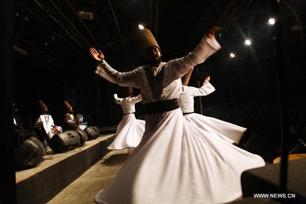 القاهرة 10 أكتوبر 2016 (شينخوا) في الصورة الملتقطة يوم 9 أكتوبر 2016، دراويش المولوية يؤدون رقصة صوفية تقليدية في عرض بالقاهرة، يوم الأحد.