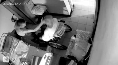 男保姆虐待七旬老人被判一年 监控拍下打人画面