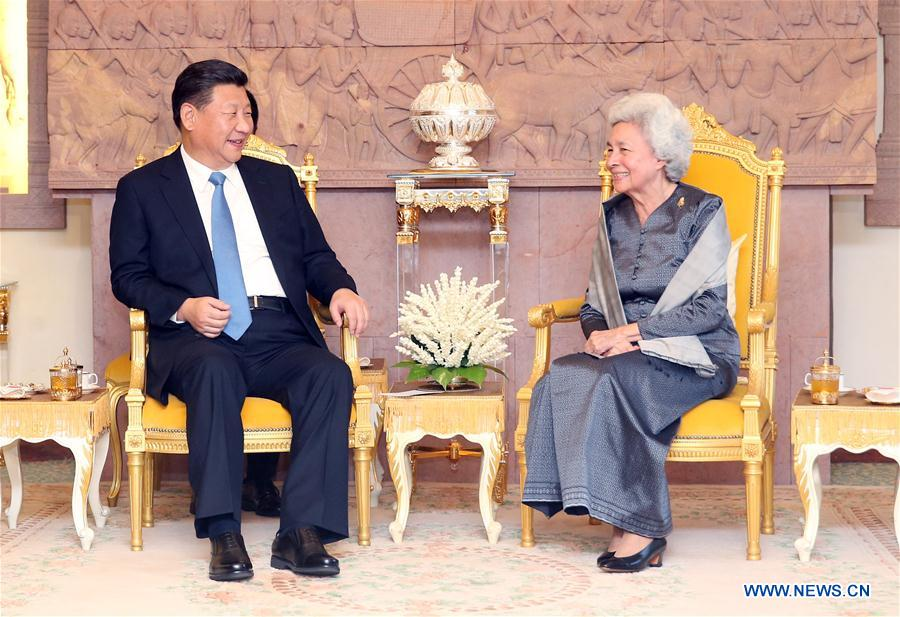 Chinese President Xi Jinping visits Queen Mother Norodom Monineath Sihanouk in Phnom Penh, capital of Cambodia, Oct. 13, 2016. (Xinhua/Yao Dawei)
