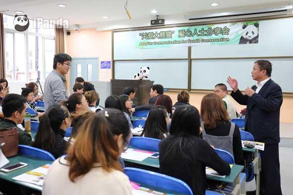 大熊猫专家周小平解答四川大学学生的问题(李彬 摄)