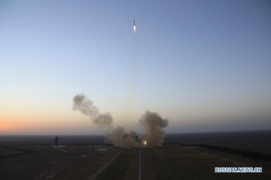 """Китай осуществил запуск пилотируемого космического корабля """"Шэньчжоу-11"""""""