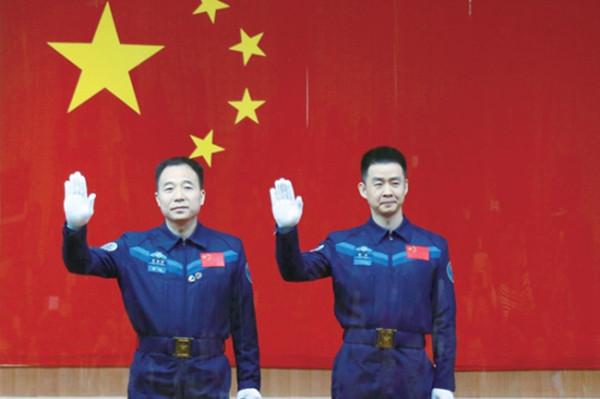 6日,神舟十一号载人飞行任务航天员景海鹏(左)、陈冬在酒泉卫星发射中心出席记者见面会。