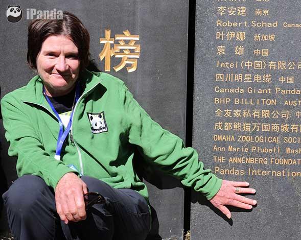 大熊猫爱心人士苏珊在认养人纪念墙上拍照留念(任旭燕 摄)