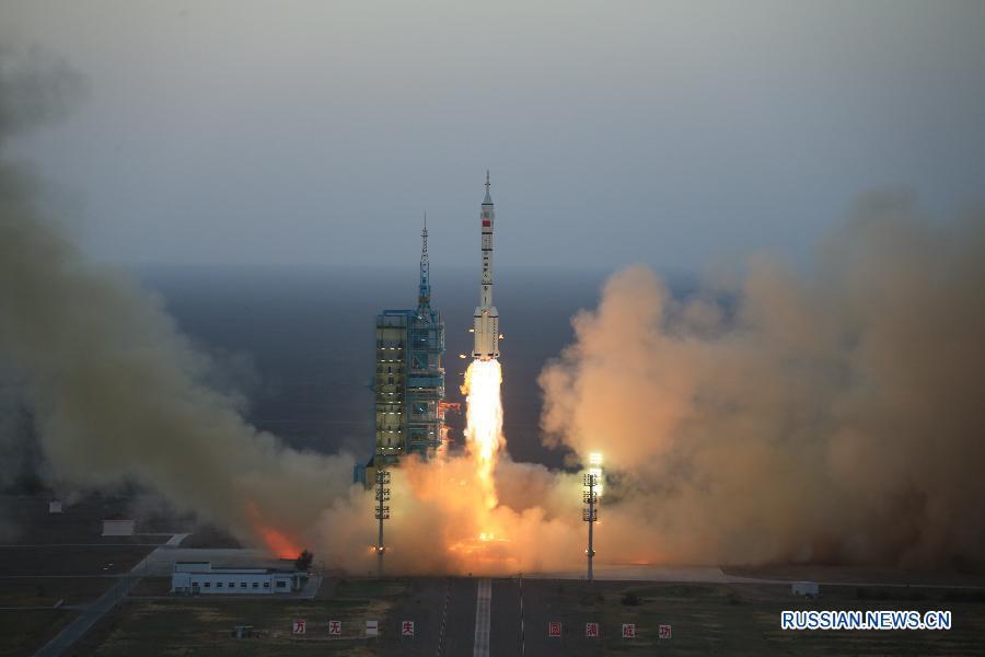 """Китай успешно запустил """"Шэньчжоу-11"""" с двумя космонавтами на борту"""