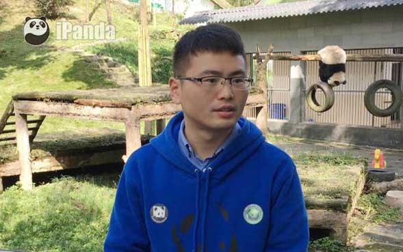 碧峰峡基地育幼室饲养员吴凯接受记者采访