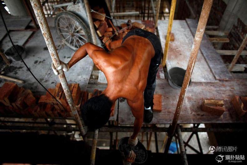 Un jeune ouvrier du bâtiment chinois devient une star du web grâce à sa musculature