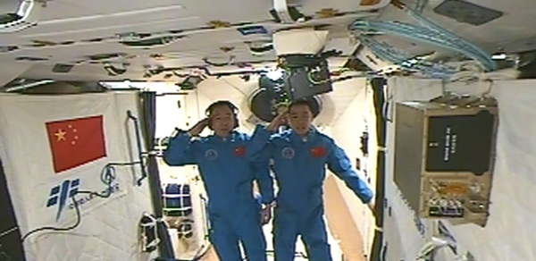 Astronauts entering Tiangong-2
