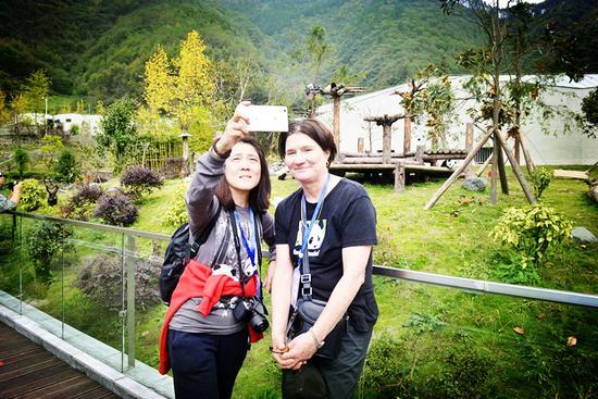 """苏珊(右)--""""熊猫国际""""创办人之一(照片由中国大熊猫保护研究中心提供)"""