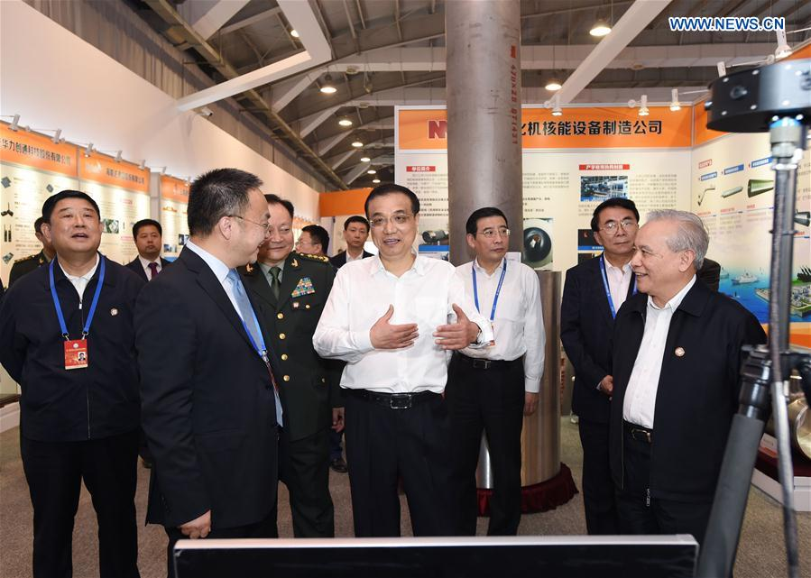 Chinese Premier Li Keqiang visits an exhibition on the high-technology achievements resulting from military and civilian cooperation in Beijing, capital of China, Oct. 19, 2016. (Xinhua/Rao Aimin)