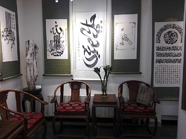 """يقام معرض فن الخطوط العربية لسكان مجمع شارع """"نيوجيه"""" المشهور في بكين العاصمة الصينية بداية من يوم الأحد حيث معظم السكان في هذا المجمع من المسلمين"""