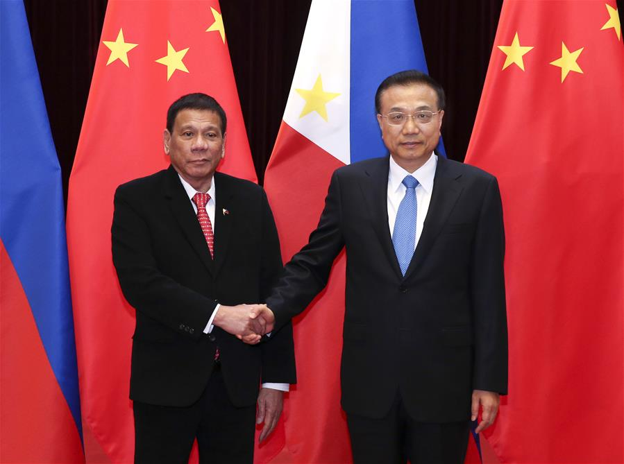 Chinese Premier Li Keqiang (R) meets with Philippine President Rodrigo Duterte at the Great Hall of the People in Beijing, capital of China, Oct. 20, 2016. (Xinhua/Pang Xinglei)