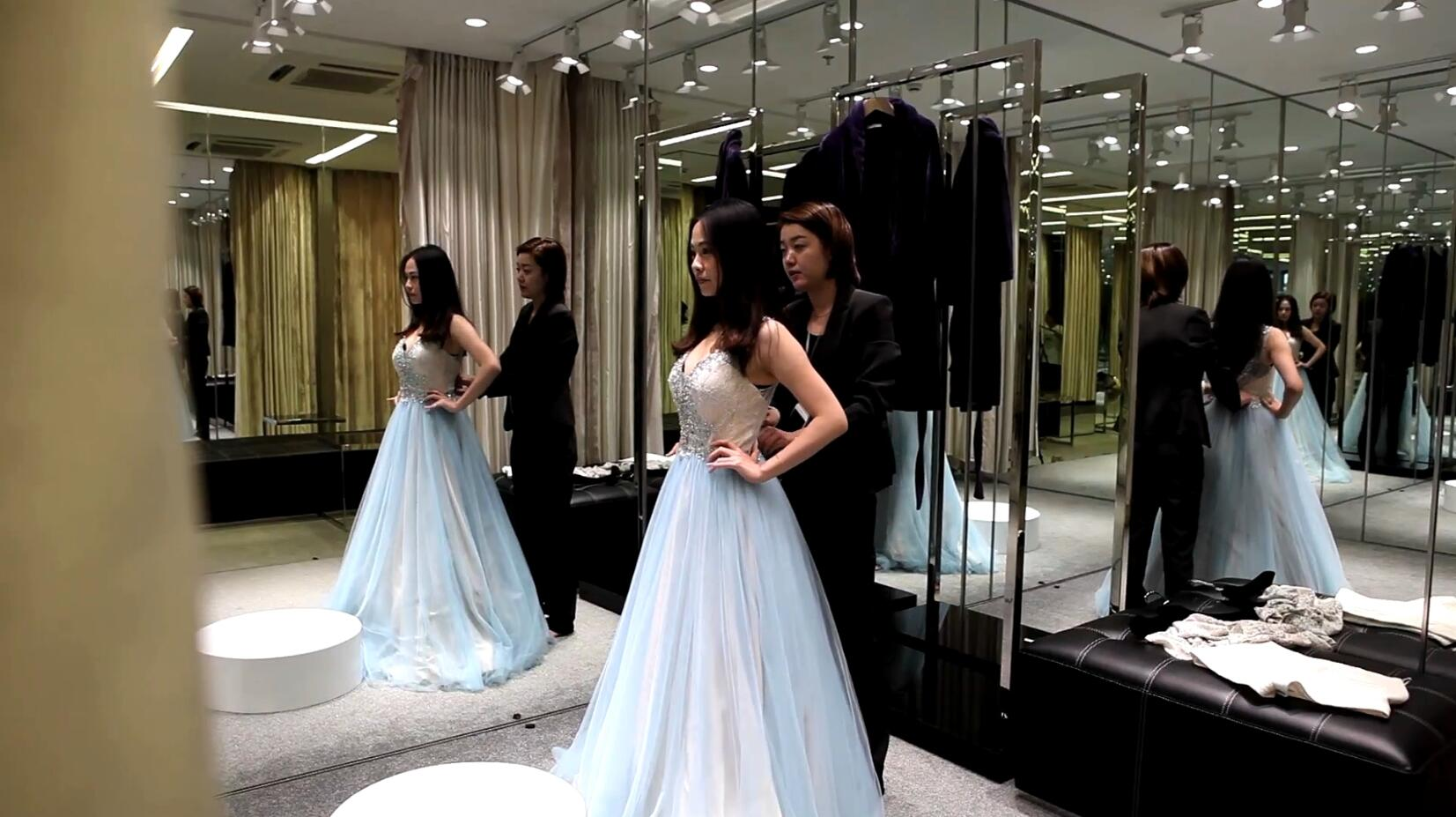 MS Paris Sends Buyers To New Yorks Fifth Avenue And Fashion Shows In Most Of The Clothes It Rents Out Range Retail Price From 2000 7000 Yuan