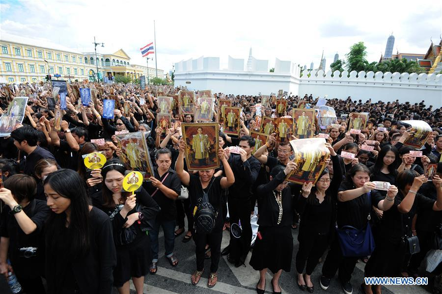 Thai mourners wait in front of the Grand Palace to participate in a mass royal anthem singing event in Bangkok, Thailand, Oct. 22, 2016. Tens of thousands of mourners gathered around the Sanam Luang square near Bangkok
