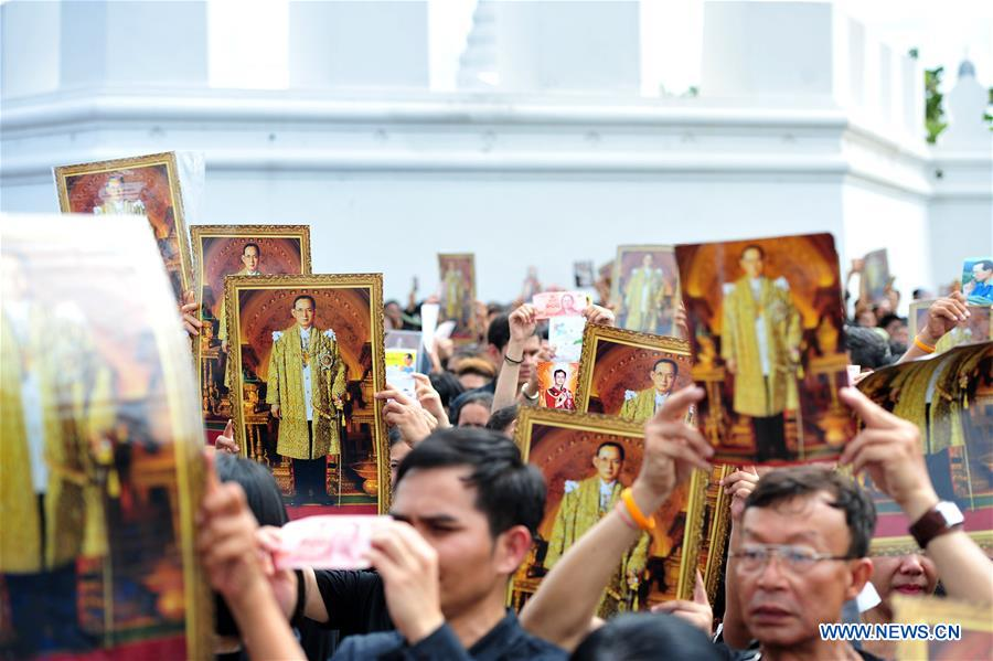 Thai mourners participate in a mass royal anthem singing event at the Sanam Luang square in Bangkok, Thailand, Oct. 22, 2016. Tens of thousands of mourners gathered around the Sanam Luang square near Bangkok