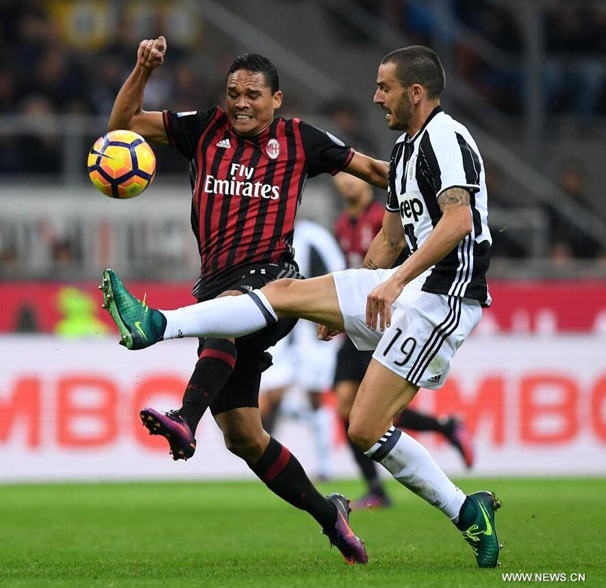 Carlos Bacca (L) of AC Milan vies with Leonardo Bonucci of Juventus during the Italian Serie A football match between AC Milan and Juventus in Milan, Italy, Oct. 22, 2016. AC Milan won 1-0. (Xinhua/Alberto Lingria)