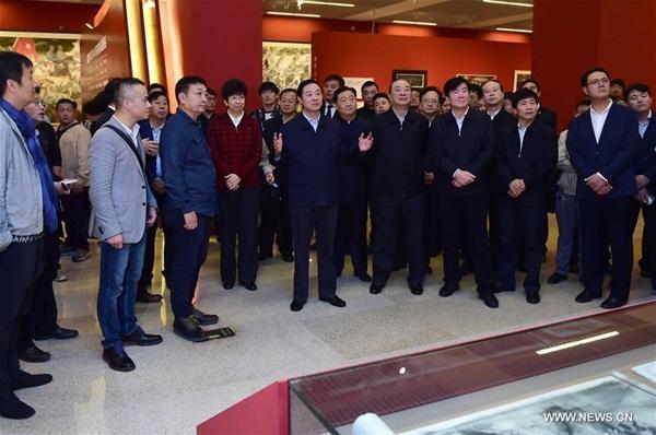 ليو تشي باو يزور معرض فني بمناسبة الذكرى ال80 على انتصار المسيرة الطويلة في 23 اكتوبر ببكين