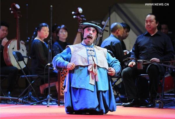 الصورة الملتقطة في 22 أكتوبر، فنان أوبرا بكين يقدم العرض في مهرجان ناو الدولي في أكابولكو