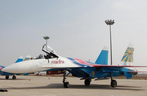 """俄罗斯""""勇士""""特技飞行表演队6架飞机降落在内蒙古"""