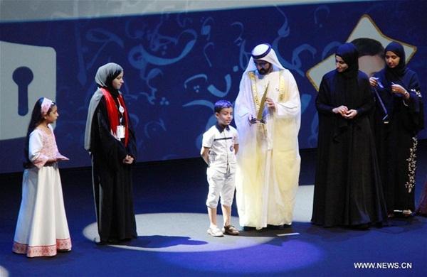 """دبي 25 أكتوبر 2016 (شينخوا) في الصورة الملتقطة يوم 24 أكتوبر 2016، الشيخ محمد بن راشد آل مكتوم، نائب رئيس دولة الإمارات رئيس مجلس الوزراء حاكم دبي (الثالث يمينًا) يكرم أبطال """"تحدي القراءة العربي"""" في دورته الأولى وذلك في دار الأوبرا بدبي، يوم الإثنين."""