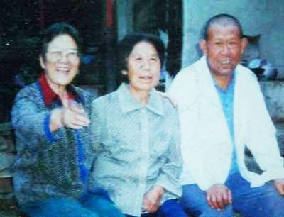 邓小岚(左)与马兰村的乡亲们(资料图)