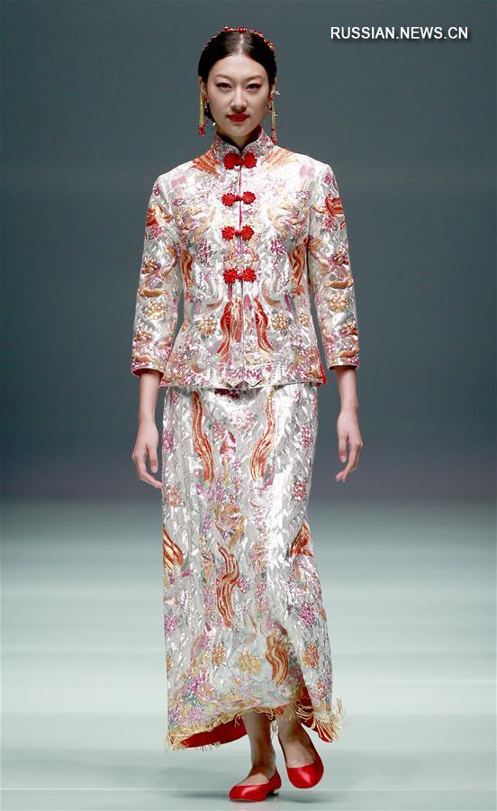 Показ свадебной моды от китайского кутюрье Цай Чжунханя на Пекинской неделе моды