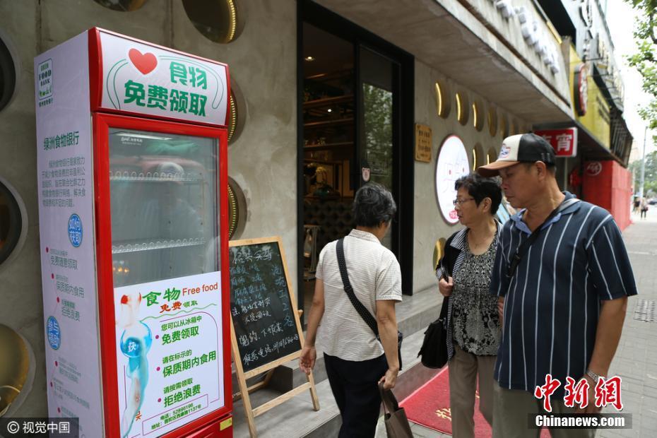 Шанхайские рестораны поставляют еду в благотворительные холодильники для нуждающихся
