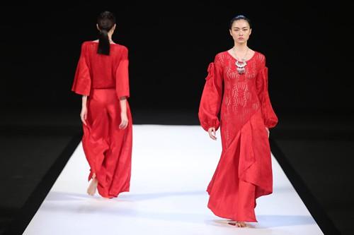 Traditional Chinese Elements Highlight Fashion Week Cctv News Cctv Com English
