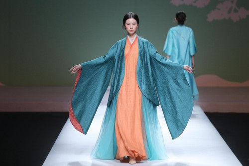 Traditional Chinese elements highlight fashion week - CCTV