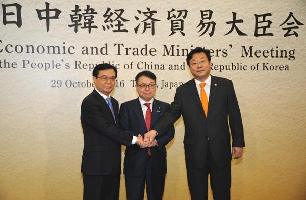 وزراء تجارة الصين واليابان وكوريا الجنوبية يتفقون على تعزيز التعاون التجاري