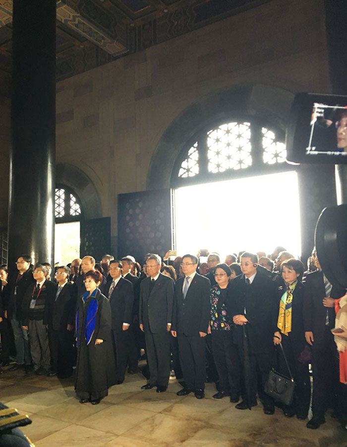 On the rainy morning of Monday, Hung Hsiu-chu, the chairwoman of KMT, and the KMT delegation arrived at Dr. Sun Yat-sen