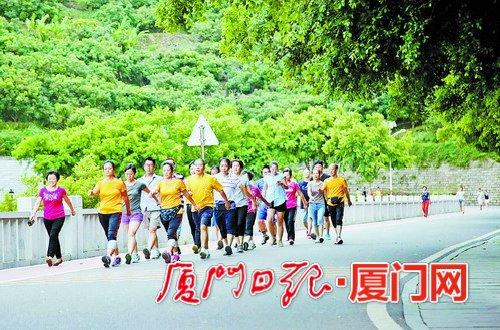 湖里积极打造生态景观,建设绿色城区。图为仙岳公园晨练的市民。