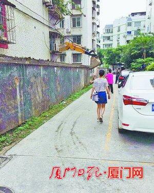 这条路和福龙公寓之间本由一道围墙隔开。