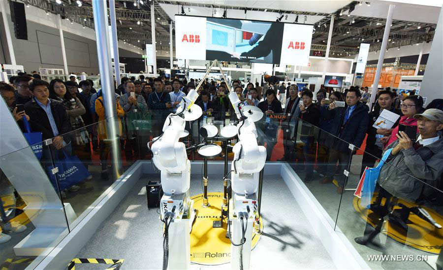 Visitors watch a percussion show performed by robots at the China International Industry Fair (CIIF) in Shanghai, east China, Nov. 1, 2016. The China International Industry Fair kicked off on Tuesday.[Photo: Xinhua]