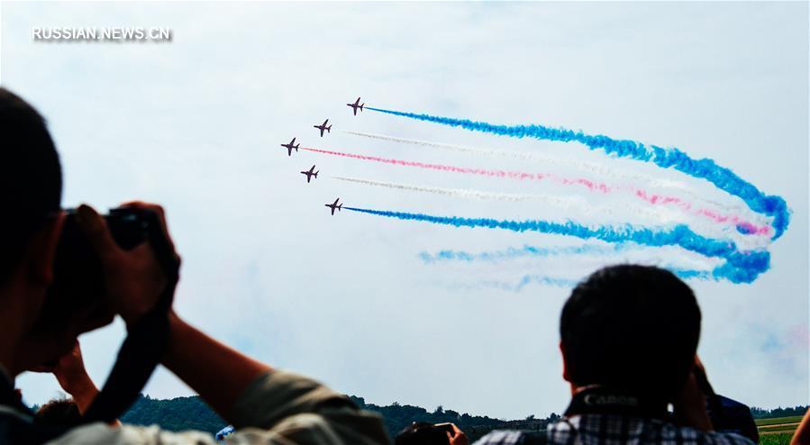 """Чжухайский авиасалон: выступление британской пилотажной группы """"Красные стрелы"""""""
