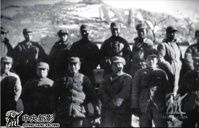 延安电影团部分成员在宝塔山下合影