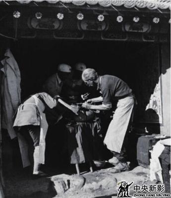 白求恩大夫在黄土岭战斗前线抢救伤员