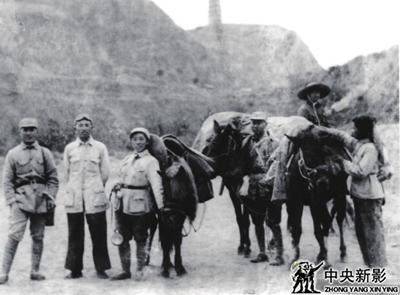 延安电影团战士摄于宝塔山下的延安机场