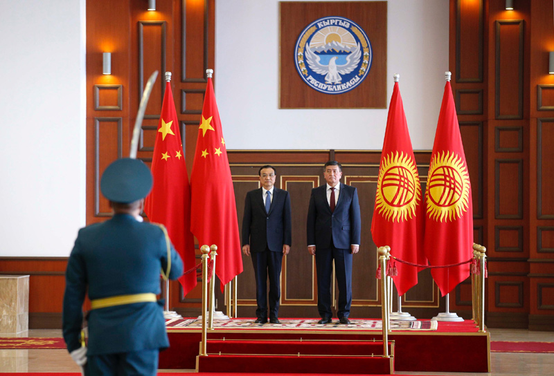 Chinese Premier Li Keqiang attends a welcoming ceremony held by Kyrgyzstan PM Zheenbekov. A military band plays the national anthems of both countries as Premier Li reviewes the guard of honor accompanied by Zheenbekov. [Photo: gov.cn]